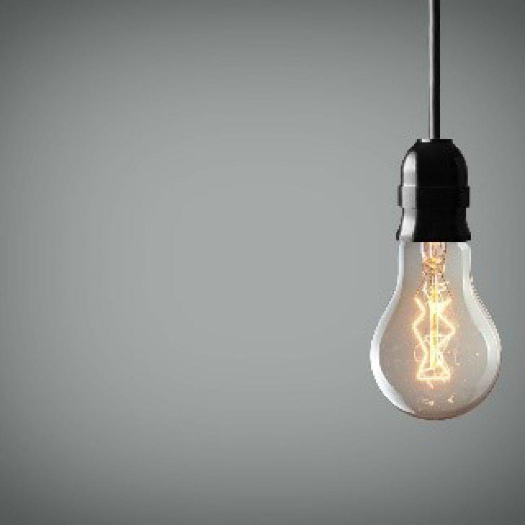 Hängende, eingeschaltete Glühbirne